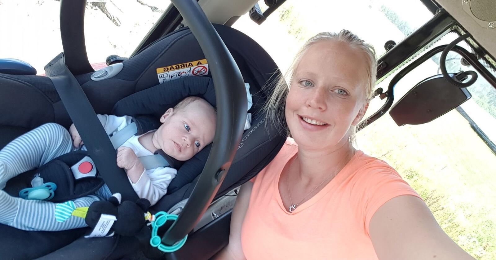 Elias (6 uker) er med mor og bonde Cecilie Brask Findal i traktoren. For mange er det vanskelig å få nok arbeidshjelp på gården under graviditet og småbarnsperiode. Foto: Privat
