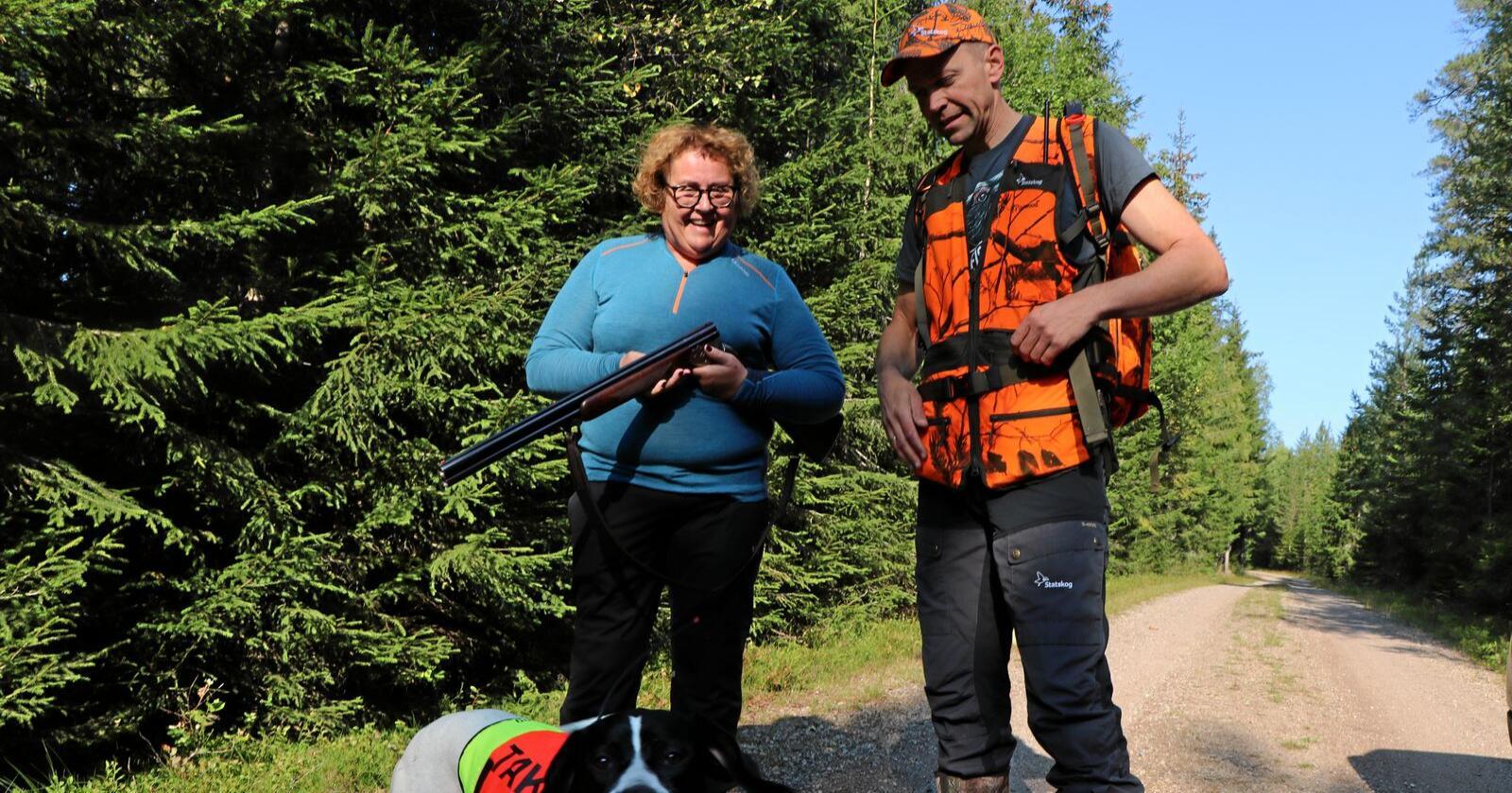 Olaug Bollestad sammen med Jo Inge Breisjøberget, Statskogs fagsjef for jakt og fiske. Foto: Landbruks- og matdepartementet