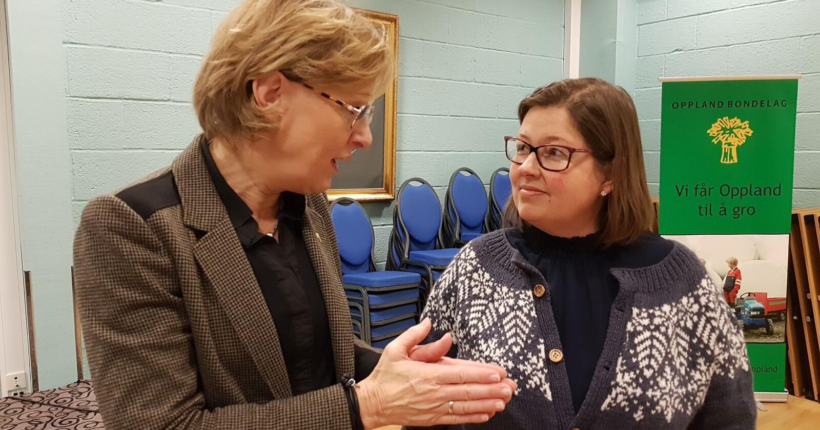 Sigrig Hjørnegård (t.v) er generalsekretær i Norges Bondelag. Her fotografert med Kristina Hegge, leder i Oppland Bondelag. (Foto: Astrid Simengård)