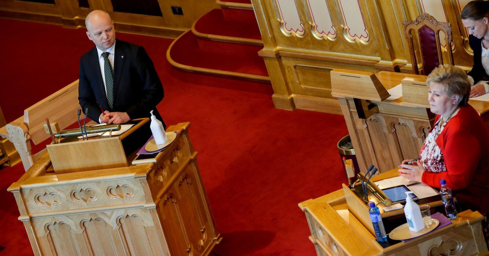Stortingets muntlige spørretime: Sp-leder Trygve Slagsvold Vedum spør statsministeren om hun vil oppfordre nordmenn til å kjøpe norske varer, for å redde arbeidsplasser under koronakrisen. Foto: Vidar Ruud / NTB scanpix