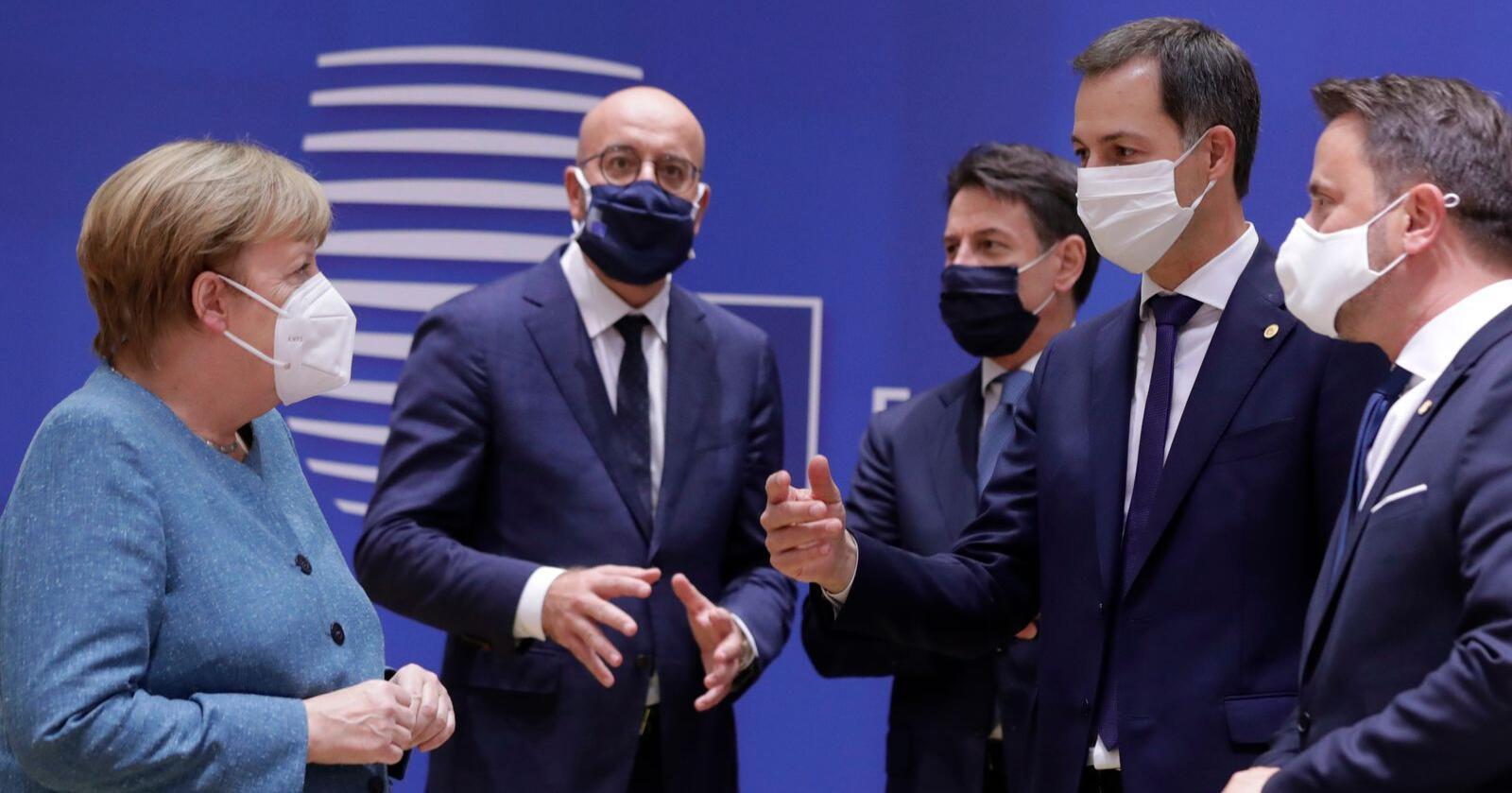 Bare to uker etter forrige toppmøte, skal EU-president Charles Michel (i midten, med briller) lede en ny samling i Brussel. Hovedsaken skulle være det fremtidige forholdet til Storbritannia, men der har forhandlingene fortsatt ikke ført til noe resultat lederne kan diskutere. Bildet er tatt sist gang EU-landenes ledere – inkludert statsministrene Angela Merkel (Tyskland, til venstre), Giuseppe Conte (Italia), Alexander De Croo (Belgia) Og Xavier Bettel (Luxembourg) – var den belgiske hovedstaden. Arkivfoto: Olivier Hoslet, Pool via AP / NTB