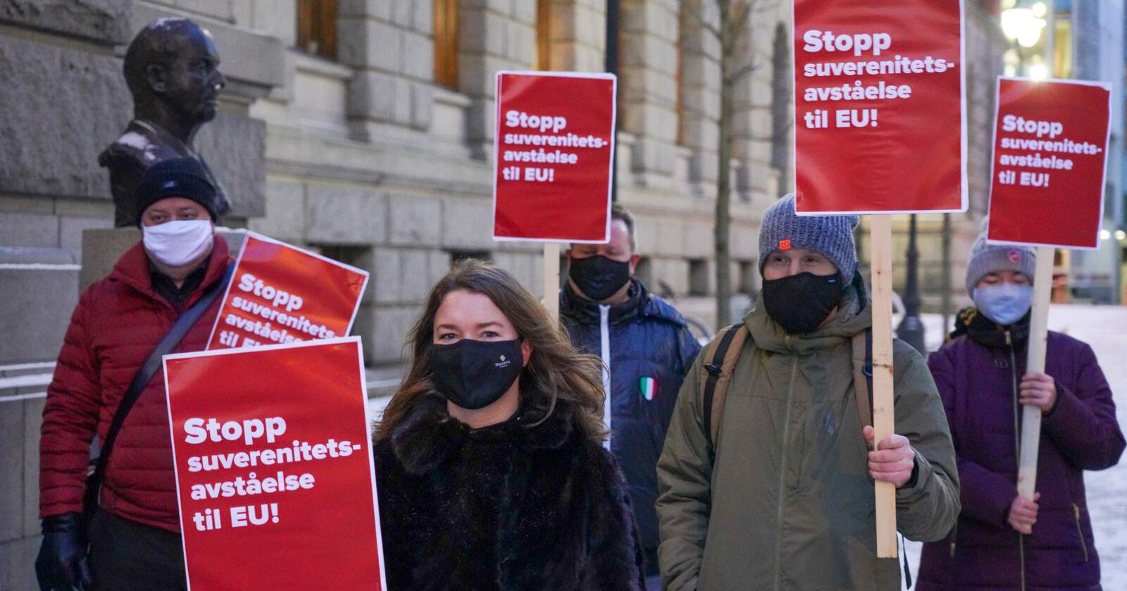 Nei til EU aksjonerer utenfor Høyesterett, som nylig konkluderte med at organisasjonens Acer-søksmål er gyldig, og kan behandles i Oslo tingrett. Foto: Ole Berg-Rusten / NTB