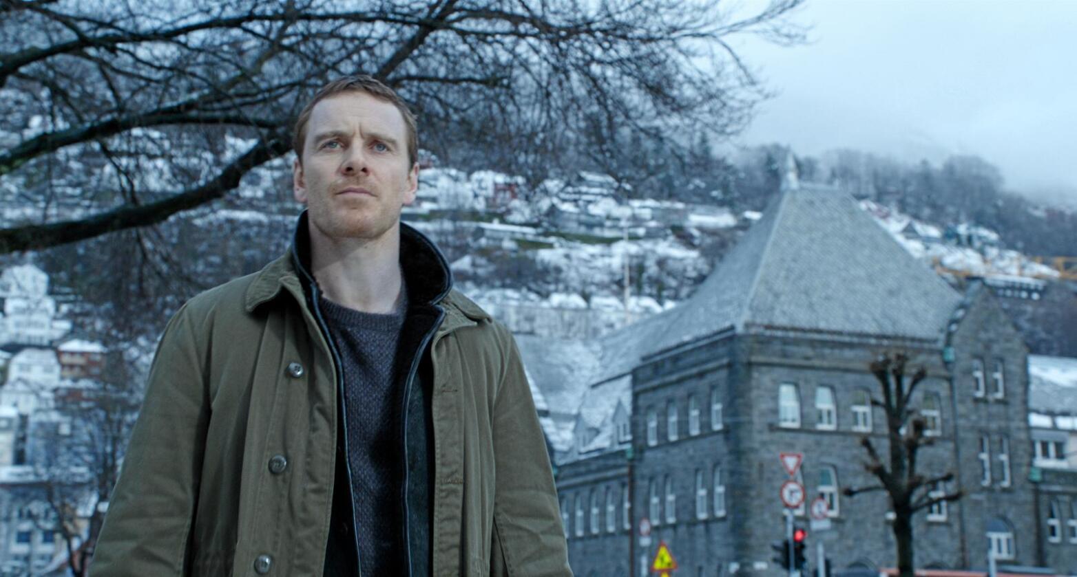 Lokale inntekter: Filmen Snømannen, med Michael Fassbender i rolla som Harry Hole, vart spela inn mellom anna i Rjukan i Telemark. Det tyder inntekter også for det lokale næringslivet. Foto: Universal Pictures