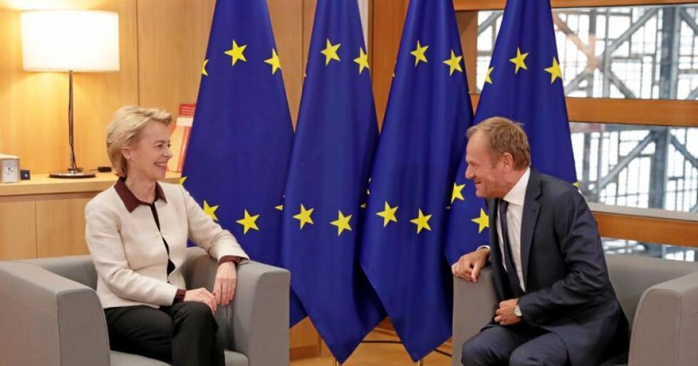 Ivrer for minstelønn: Den «gamle» presidenten i EUs råd, Donald Tusk, ønsker den nye presidenten i EU-kommisjonen, Ursula von der Leyen, velkommen. Von der Leyen vil ha europeisk minstelønn. Foto: Olivier Hoslet, Pool Photo/AP, NTB scanpix.
