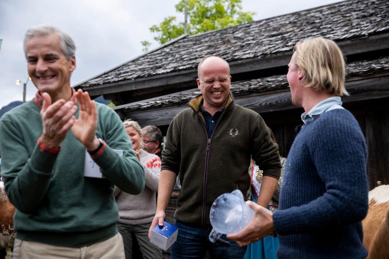 Her er Ap-leder Jonas Gahr Støre og SP-leder Trygve Slagsvold Vedum under Dyrsku'n i Seljord i 2018. Foto: Tore Meek / NTB