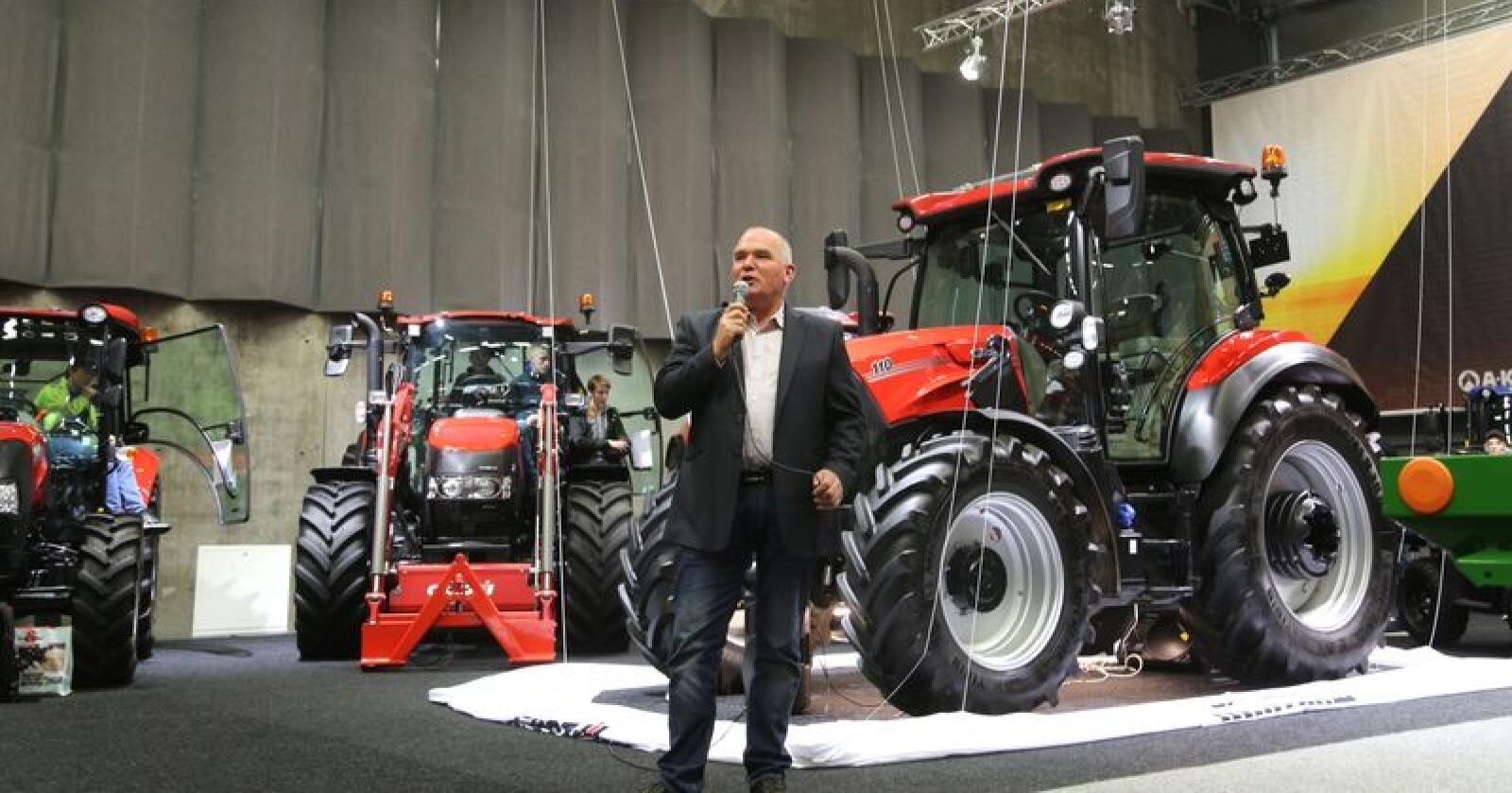 AVDUKING: Produktsjef Morten Smedsrup i AK Maskiner kunne avduke Case IH Vestrum til stemningsfull lyssetting og spent stemning  under Agrovisjon fredag ettermiddag.
