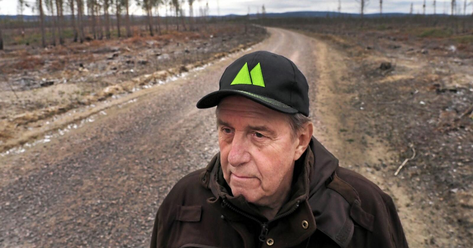 Björn Brink forteller at han mistet skog verdt opptil 13 millioner i fjorårets storbrann. Foto: Siri Juell Rasmussen