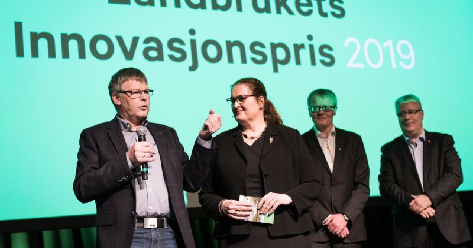 Daglig leder i Mimiro, Harald Volden, mottok innovasjonsprisen av juryleder Liv-Monica Stubholt.  Til høyre i bildet: Ola Hedstein og Bård Hoksrud. Foto: John Trygve Tollefsen