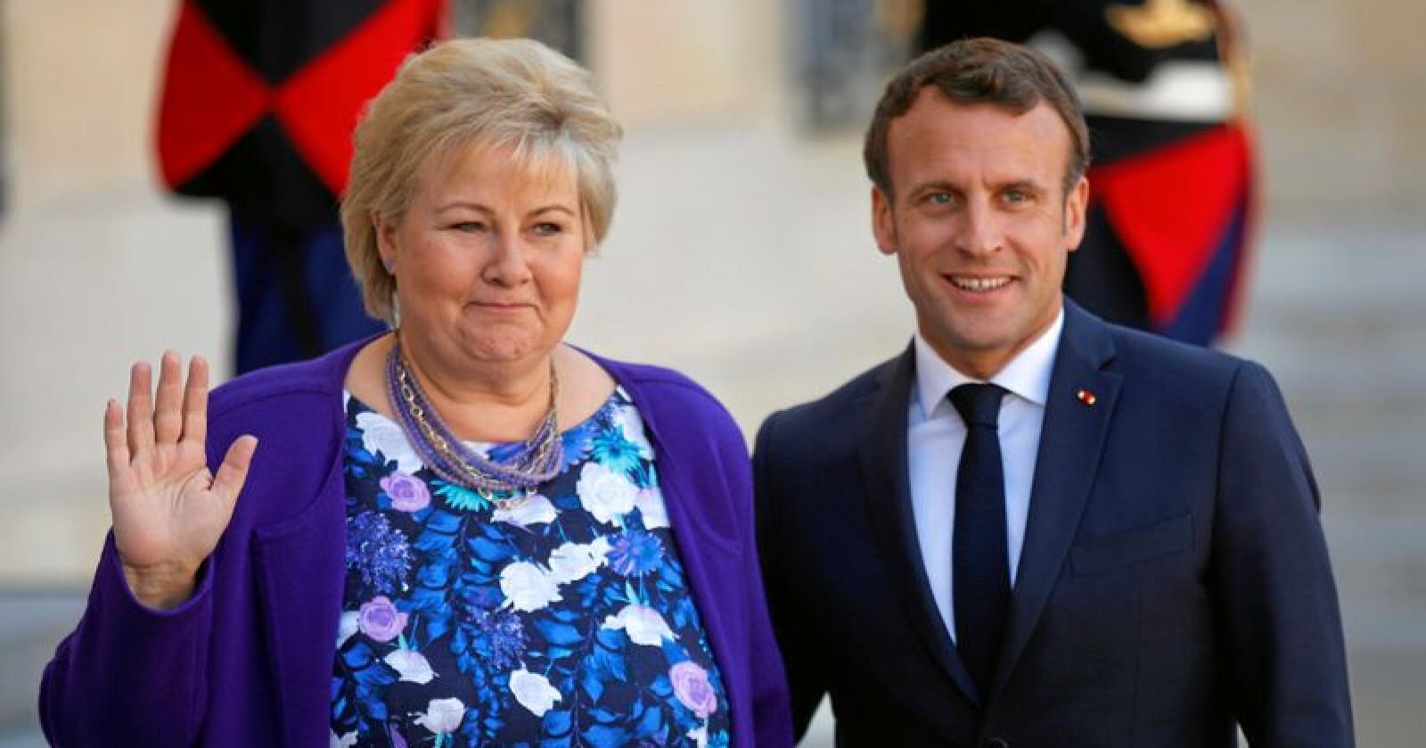 Erna Solberg uttalte seg om fødeavdelingene i Kristiansund og Molde på vei til Christchurch Summit, et toppmøte om terrorinnhold på nettet. Hun ble tatt imot av Frankrikes president Emmanuel Macron. Foto: (AP Francois Mori / NTB scanpix)