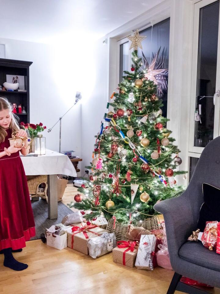 LYS OG OVERFLOD: Jula er blitt ei tid der vi pyntar frå 1. desember, heng stjerner og lys inne og ute og gjerne kjøper presangar til fleire enn barna. Illustrasjonsfoto: Gorm Kallestad / NTB