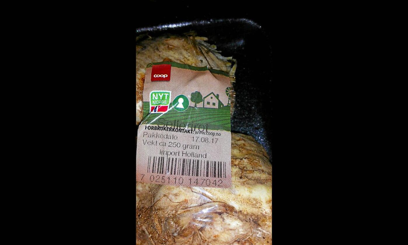 Slik var sellerirot-pakke merket. Både med Nyt Norge og opprinnelsesland Holland. Foto: Inger Amb