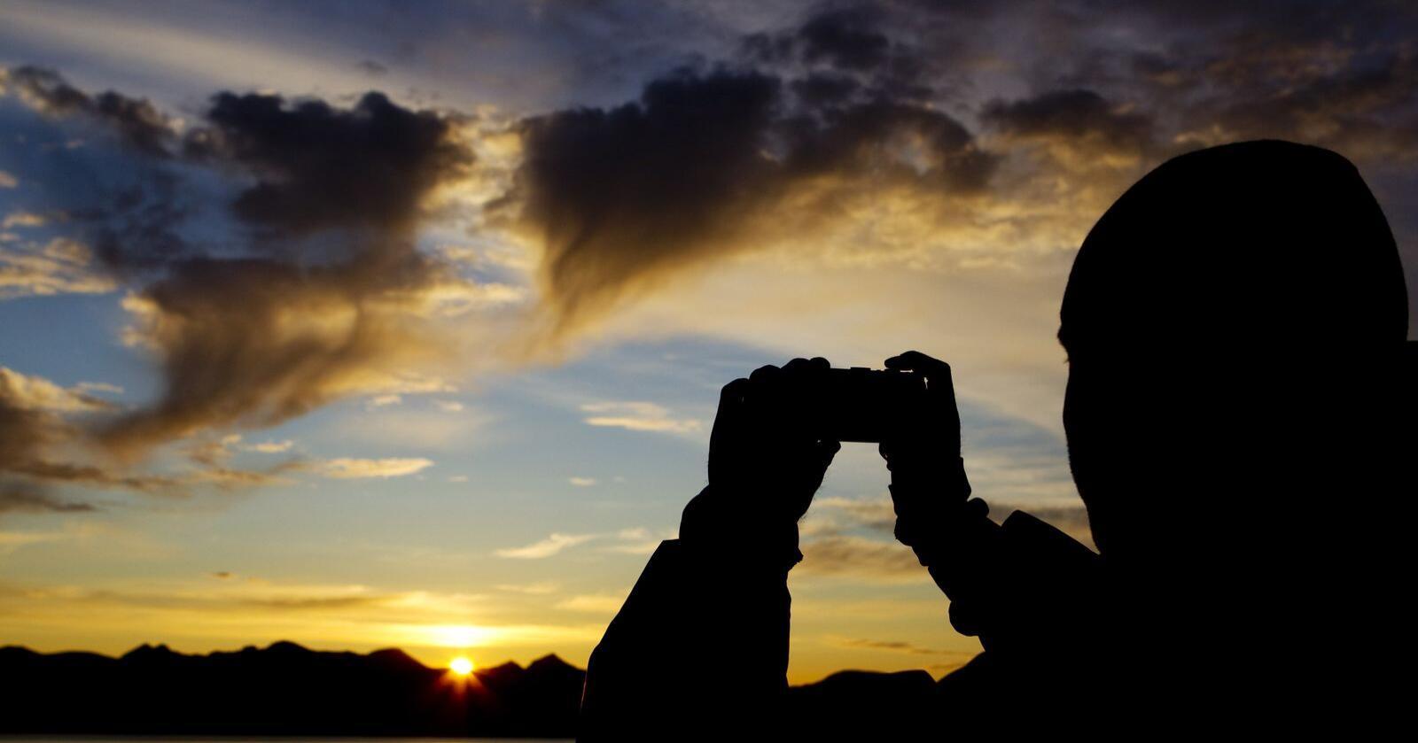 Reiselivet i Nord-Noreg håpar no at midnattssola og andre turistattraksjonar i nord skal få nordmenn i sør til å leggja ferien sin nordover. Foto: Håkon Mosvold Larsen / NTB scanpix / NPK