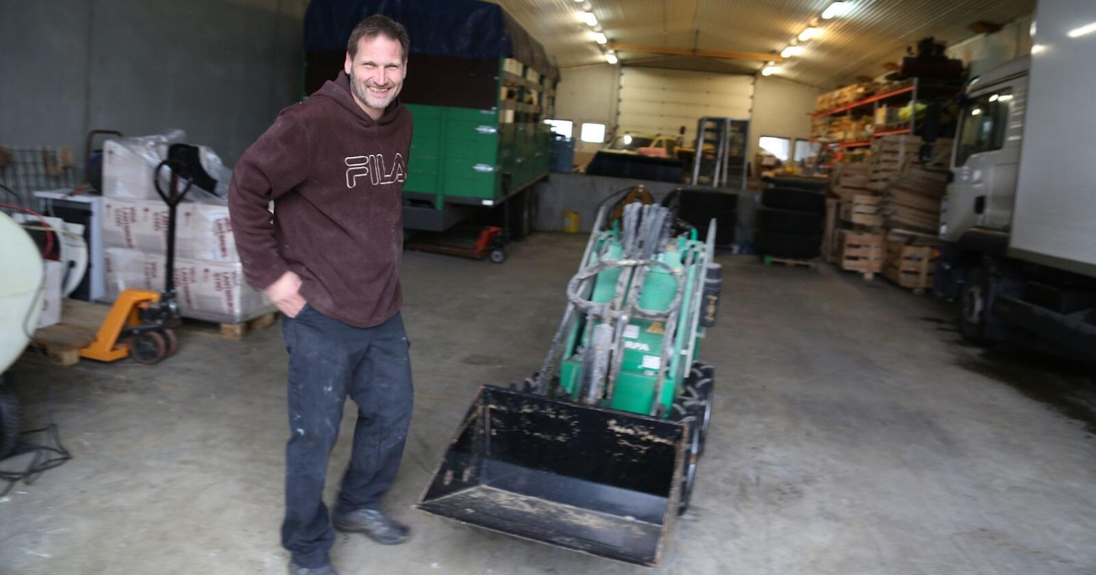 Andreas Salte har hatt sin elektriske Sherpa i tre-fire år: – En uunnværlig medarbeider i hønsehuset, er hans karakteristikk. Foto: Bethi Dirdal Jåtun
