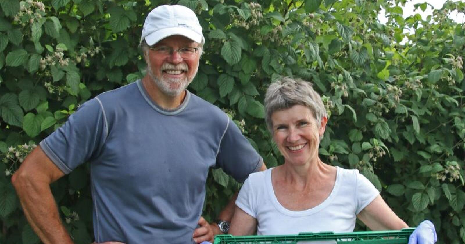 Åse-Marit Thorbjørnsrud og Roy Andersen har stor suksess med Bringebærlandet. – Vi har hele tiden vært opptatt av å finne nye anvendelser for bringebær, sier Andersen. (Foto: IN)