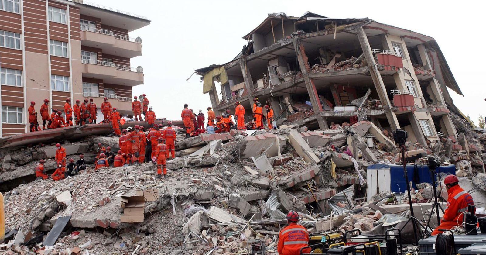 Sammenraste hus etter jordskjelvet i Van i Tyrkia 25. oktober 2011. 604 omkom. Gamle betongbygg i utsatte området kan bli sterkere med en ny drakt av tre.Foto: Shutterstock)