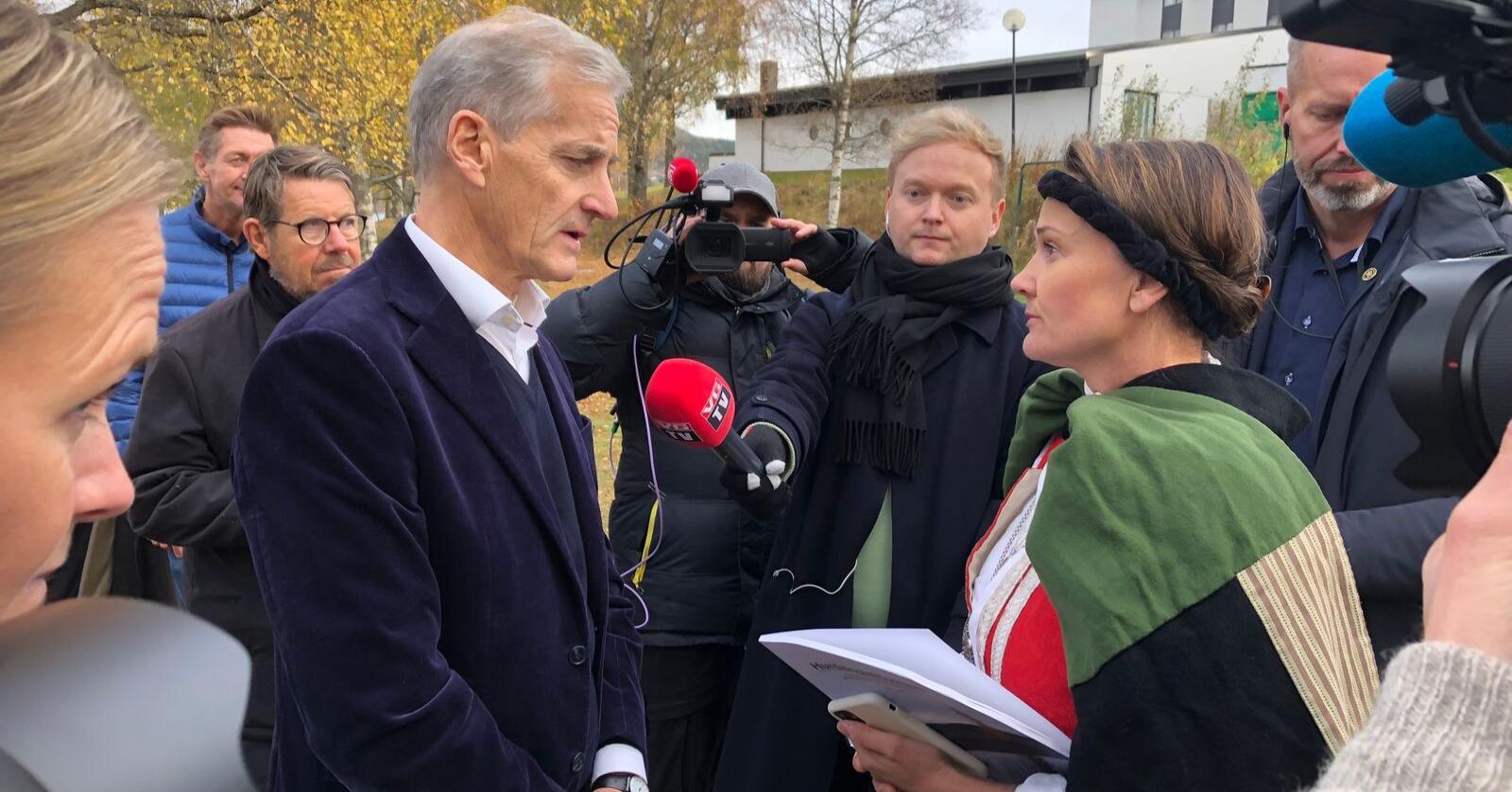 Påtroppende statsminister Jonas Gahr Støre blir takket for å sikre fødetilbudet i Kristiansund av leder for bunadsgeriljaen Anja Cecilie Solvik. Foto: Anne Ekornholmen