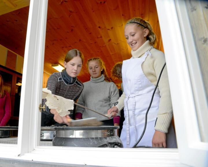 Elevene Thea Øvstehagen (fra venste), Tiril Svendsen og Julie Evenrud fra Gausdal ungdomsskole er på Ruud gård for å lære å bake flatbrød. Alle foto: Mariann Tvete