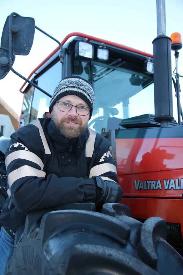 FORBEREDT: – Det vil alltid skje uhell med traktor. Det interessante er hvordan du kan forberede deg og sikre deg hvis ulykken som ikke skulle skje, likevel skjer, sier Jogeir Agjeld. Foto: Knut Houge