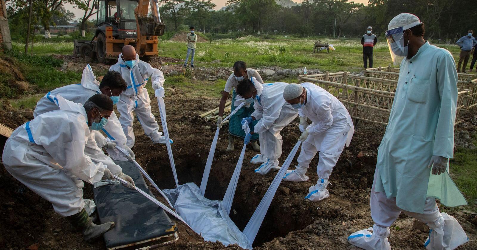 Flere fattige: FN beregner at pandemitiltakene kan resultere i 150 millioner flere ekstremt fattige og 130 millioner flere underernærte. Her blir et koronaoffer gravlagt i Gauhati i India. Foto: Anupam Nath / AP / NTB