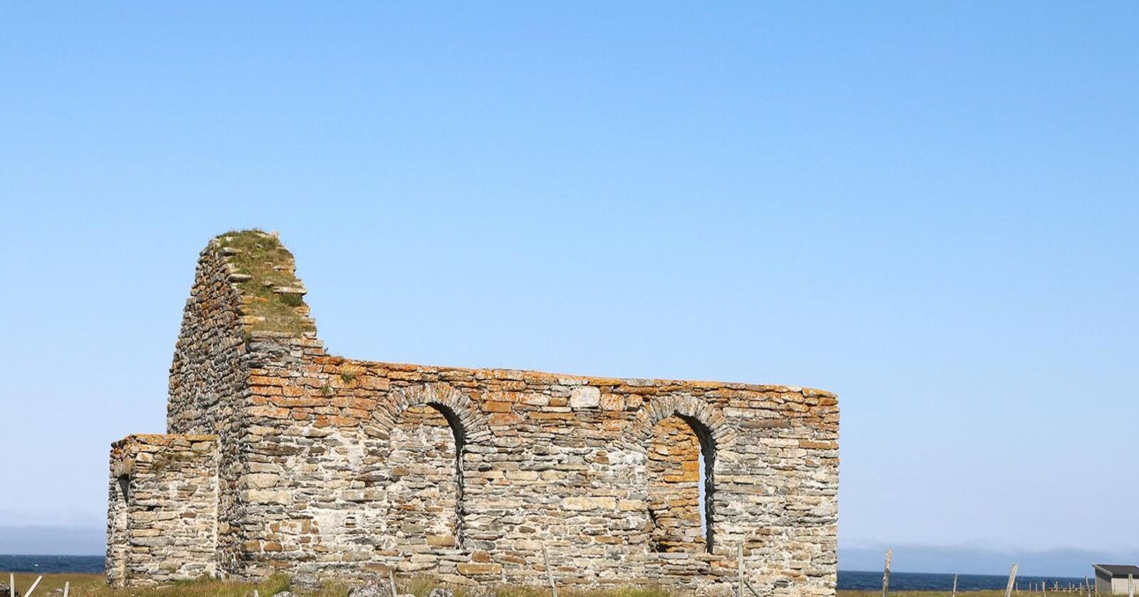 Røst gamle kirke ligger ut mot havet. I dag en turistattraksjon for sitt kirkelige ruinpreg. Foto: Oscar Puschmann, NIBIO – UKL