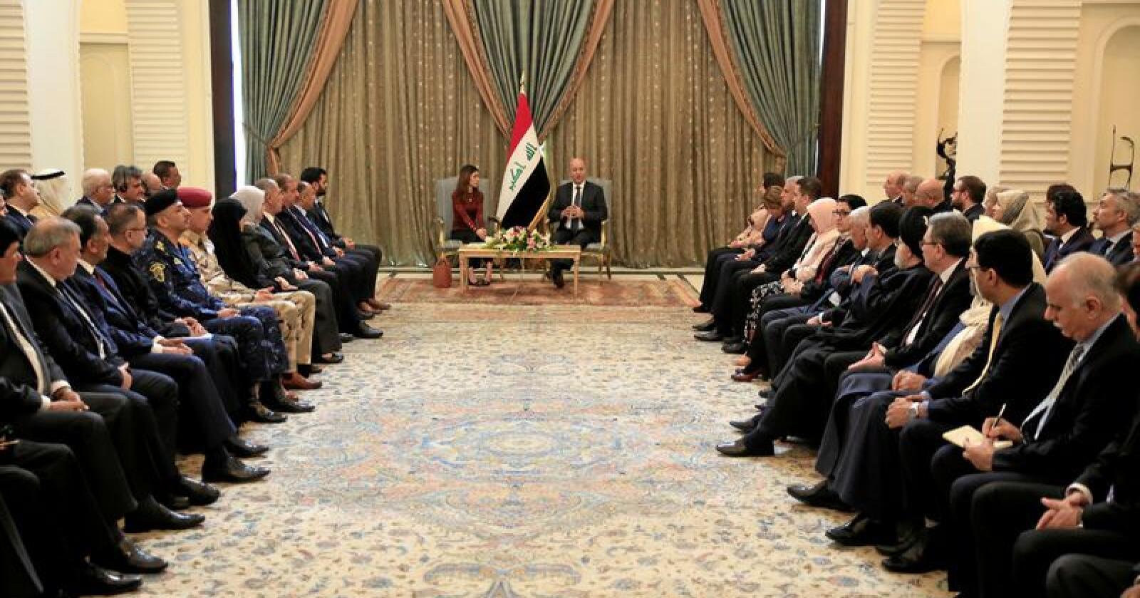 Nobelprisvinner Nadia Murad (til venstre i midten) møtte blant andre Iraks president Barham Salih i Bagdad 12. desember. Foto: Karim Kadim / AP / NTB scanpix