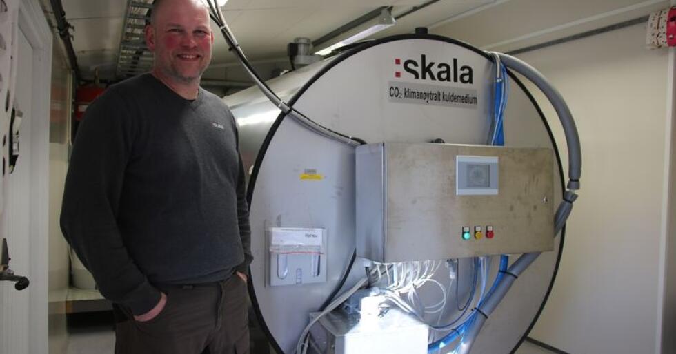 Klimavennlig: Rune Ranøien er både melkeprodusent og elektriker som jobber med support på Skalas gårdstanker. Han er veldig fornøyd med å ha en gårdstank med klimanøytralt kuldemedium på sin egen gård. Foto: Camilla Mellemstrand.