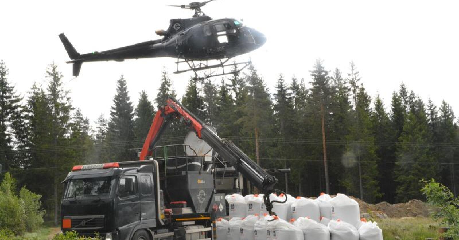 Skoggjødsling skjer fra helikopter, mellom 6 og 10 år før planlagt hogst. Bildet viser skoggjødsling i Spydeberg. (Foto: Anders Sandbu)