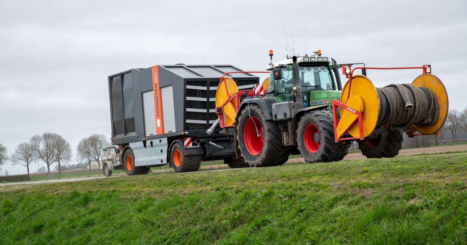 Nederlandsk: Schouten Gigant G400-13 har en lang rekke funksjoner ferdig bygget sammen til en flyttbar enhet som fjernstyres.