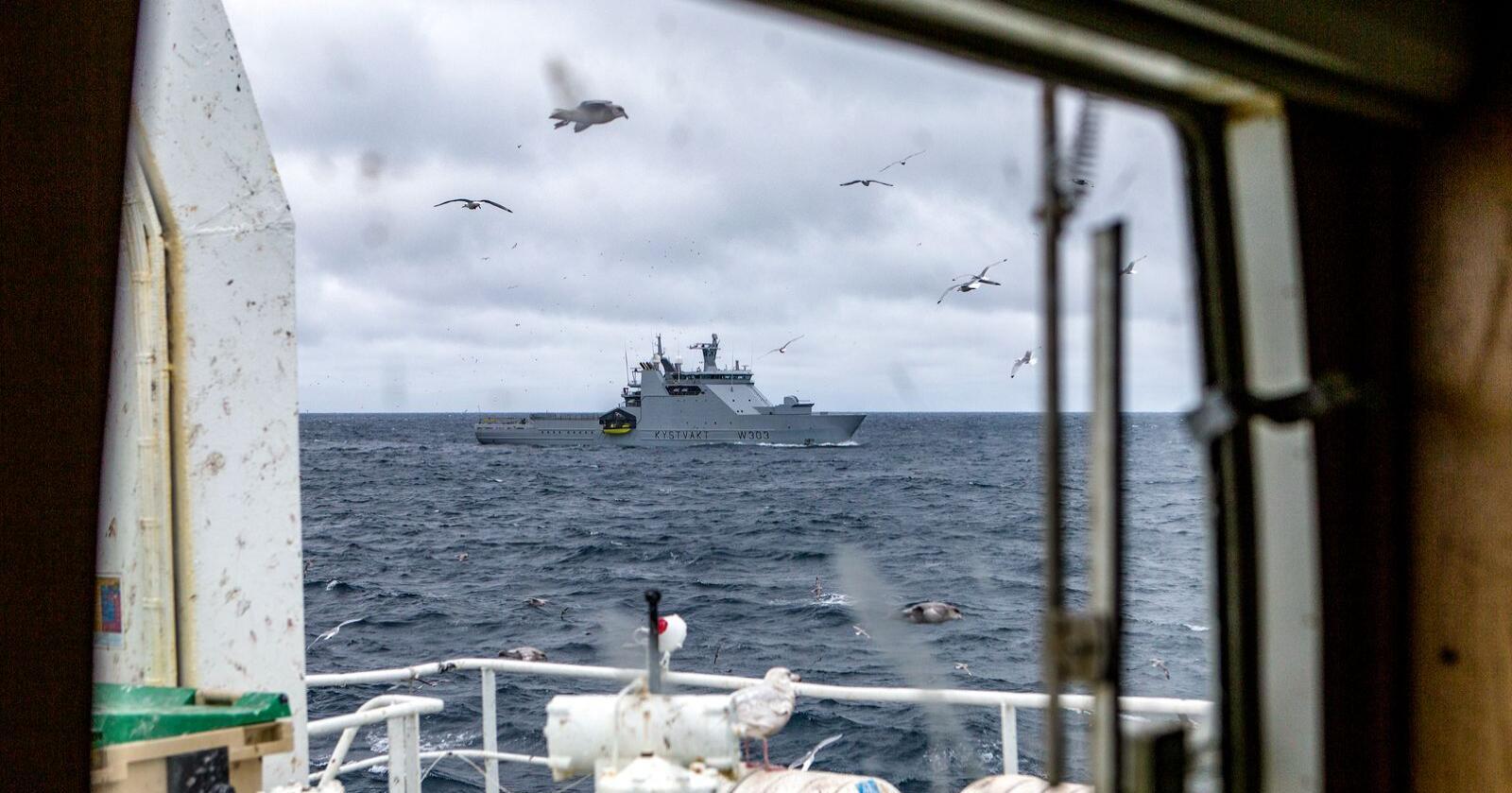 Kystvakten må fortsatt følge med i Svalbardsonen - selv om ny kvoteavtale mellom Norge og EU er på plass. Uenighetene om snøkrabne og torskekvoter fortsetter. Foto: Betzy Hanninen/Forsvaret