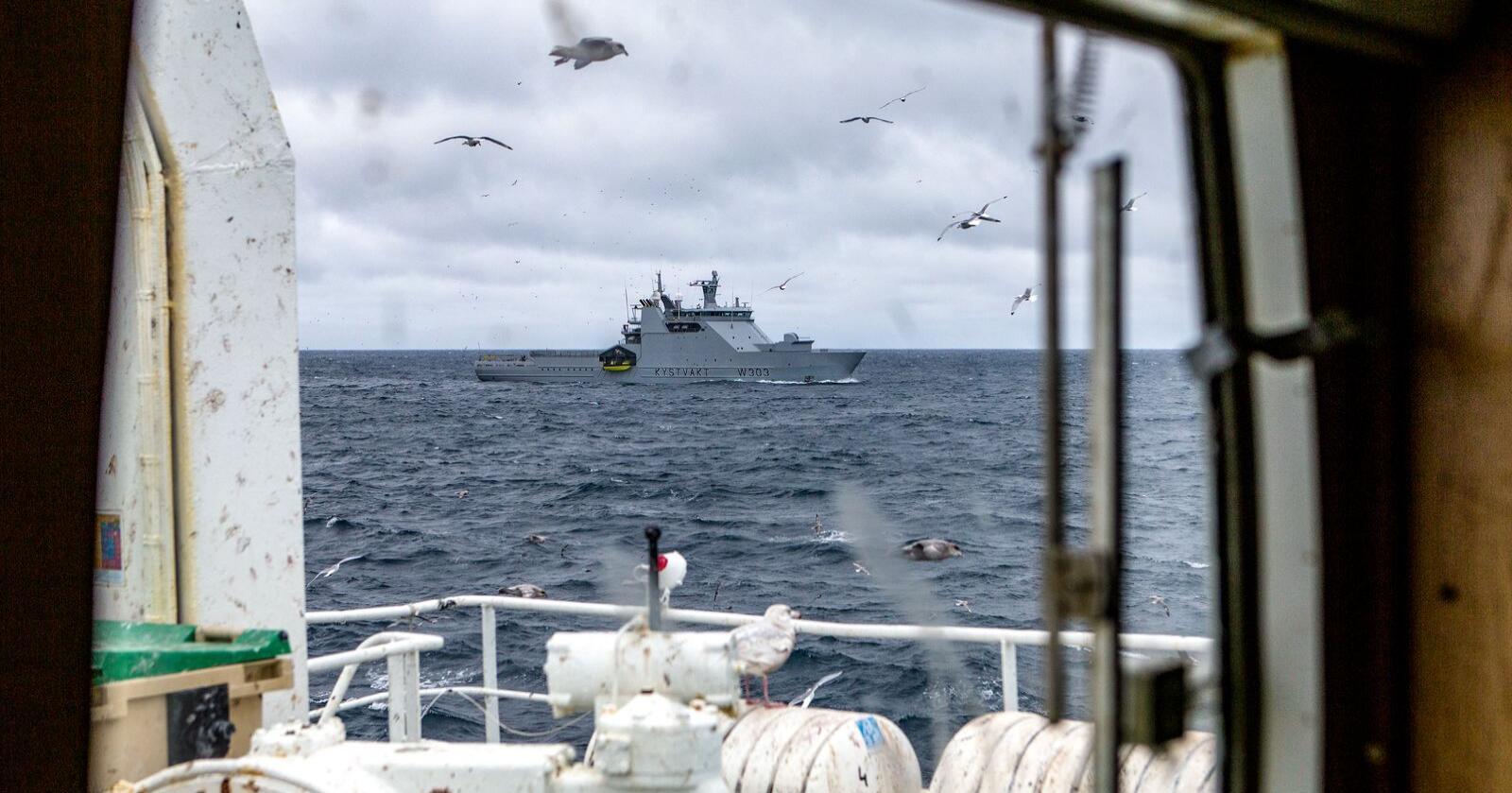 Europeisk fiskeriorganisasjon frykter konflikt mellom norske myndigheter og fiskere fra EU på nyåret, dersom regjeringen velger å håndheve beslutningen om å nekte EU-flåten adgang til norske fiskerisoner til EU signerer en ny fiskeriavtale. Foto: Betzy Hanninen / Forsvaret