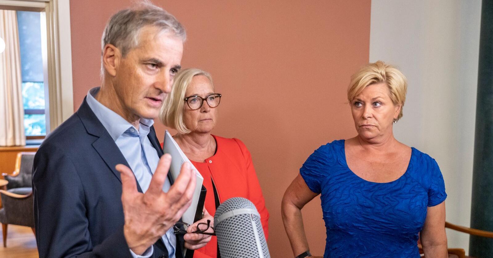 Jonas Gahr Støre (Ap), Marit Arnstad (Sp) og Siv Jensen (Frp) mener alle at regjeringens vaksinestrategi skal vurderes. Her fra forhandlinger om oljeskatt i fjor. Foto: Ole Berg-Rusten / NTB