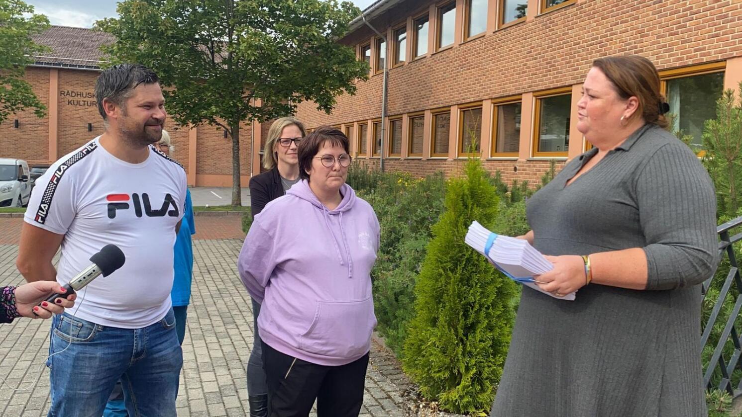 Nylig leverte Tommy Kornstad og Beate Hansen fra den lokale aksjonsgruppa et innbyggerforslag til ordfører Kari Heggelund (Sp) om at blant annet grendeskolene i Åsnes kommune må bestå. Foto: Privat