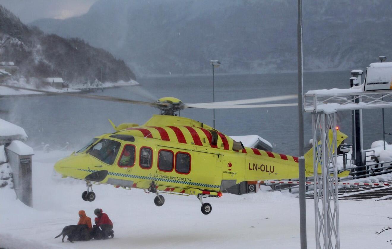 Sårbart: Mange oppdrag med ambulansehelikopter kan årlig ikke gjennomføres. I enkelte tilfeller kan det mer værrobuste redningshelikopteret settes inn. Ellers er pasientene avhengige av bilambulansen, som ofte bruker betydelig lengre tid. Her er Et ambulansehelikopter som bistår i et søk i Lyngseidet i februar 2015. Foto: Geir Martin Koch / NTB scanpix
