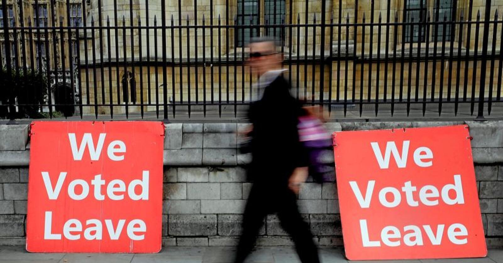 Utenfor det britiske parlamentet: Plakater skal minne politikerne om at et flertall av britene stemte for å forlate EU, altså ja til brexit. Foto: AP Photo/Kirsty Wigglesworth, NTB scanpix.