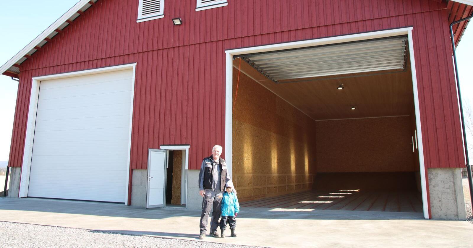 Torgeir Ask, som fyller 65 år i november, ønsker at sønnen Tor Arne (4) skal få mulighet til å bli gårdbruker, hvis han ønsker.