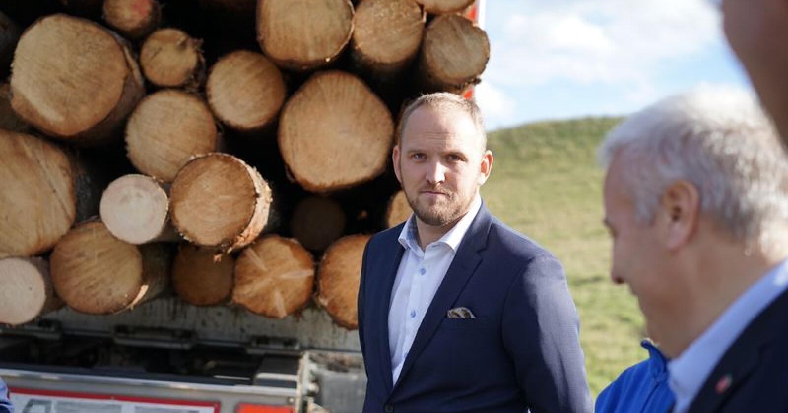 Samferdselsminister Jon Georg Dale (Frp) kårar samferdsledepartementet til budsjettvinnarar for 2020. Foto: Benjamin Hernes Vogl