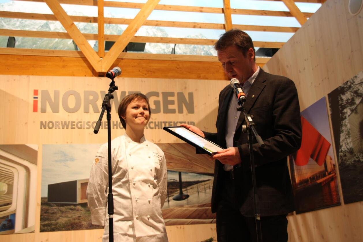 Kjøkkensjef Karla Linhave Siverts overrrekkes stipendet av Lars Petter Bartnes, leder i Norges Bondelag. Foto: Hilde Lysengen Havro.