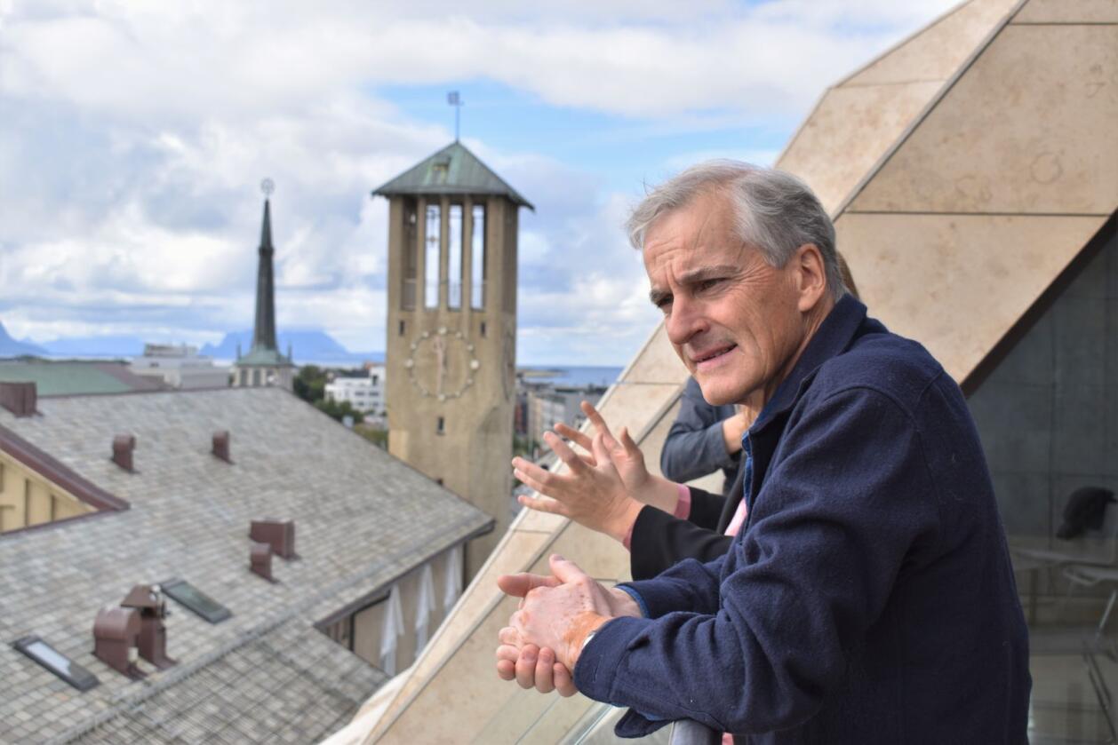 Jonas Gahr Støre (Ap) ser utover Bodø sentrum fra rådhuset. Foto: Henrik Heldahl