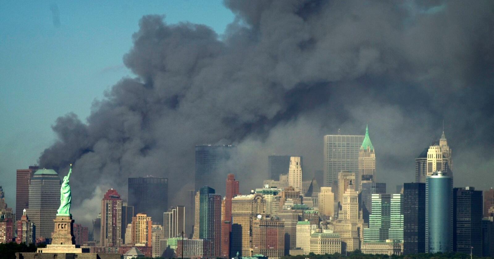 Røyken velter opp fra området der World Trade Center sto i New York, tirsdag 11. september 2001. Foto: AP Photo / Daniel Hulshizer / NTB