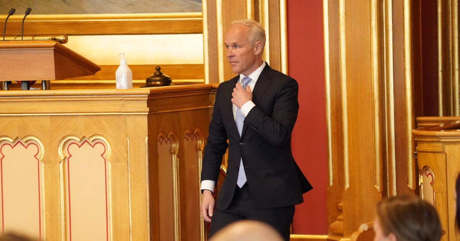 Finansminister Jan Tore Sanner legger fram revidert nasjonalbudsjett i Stortinget. Foto: Lise Åserud / NTB scanpix