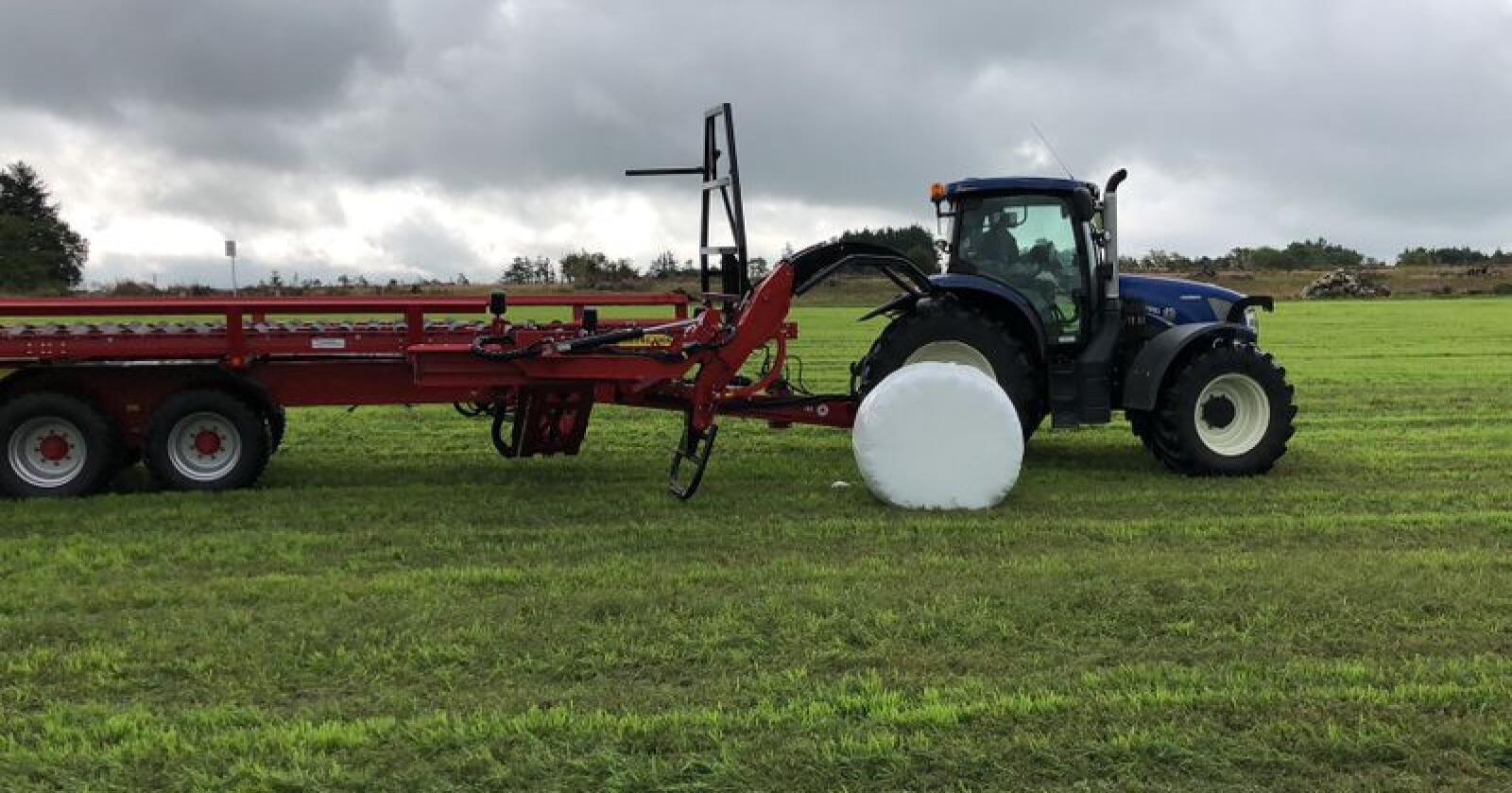 Begge veier: Anderson RBM2000 PRO kan både plukke opp liggende og stående baller. Foto: Ålgård Landbrukssenter