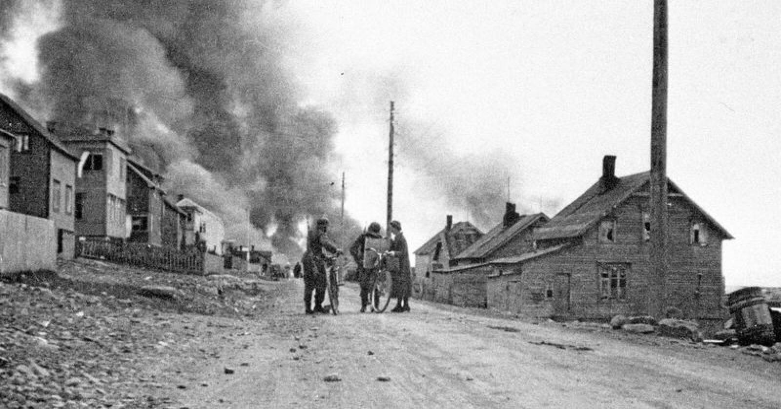 Finnmark brenner: Tyske styrker brukte den brente jords taktikk da de trakk seg ut fra Finnmkar under andre verdenskri. Her står Vadsø i brann. Foto: NTB scanpix