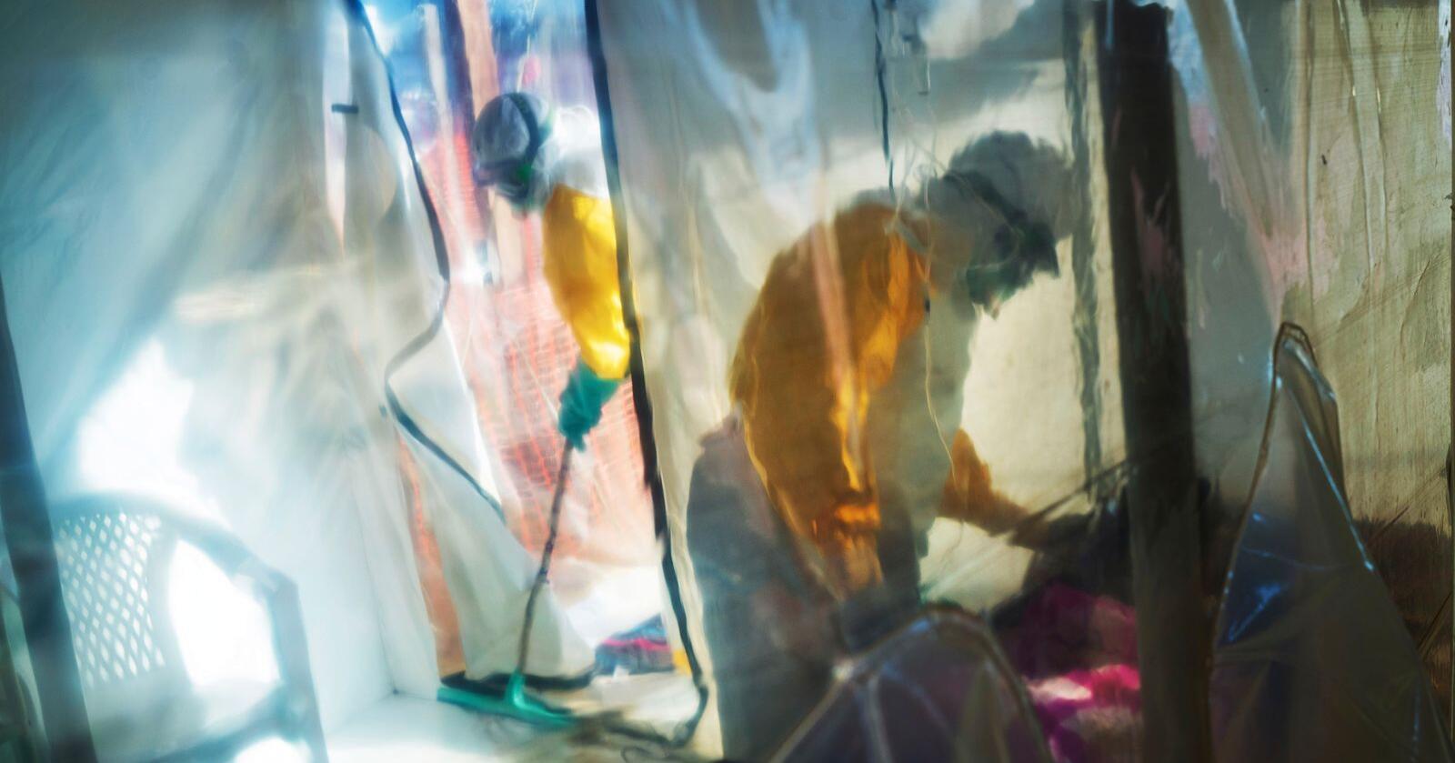 Helsearbeidere pleier en ebolasmittet person i Beni i Kongo. Bildet er tatt i juli i fjor. Foto: Jerome Delay / AP / NTB scanpix
