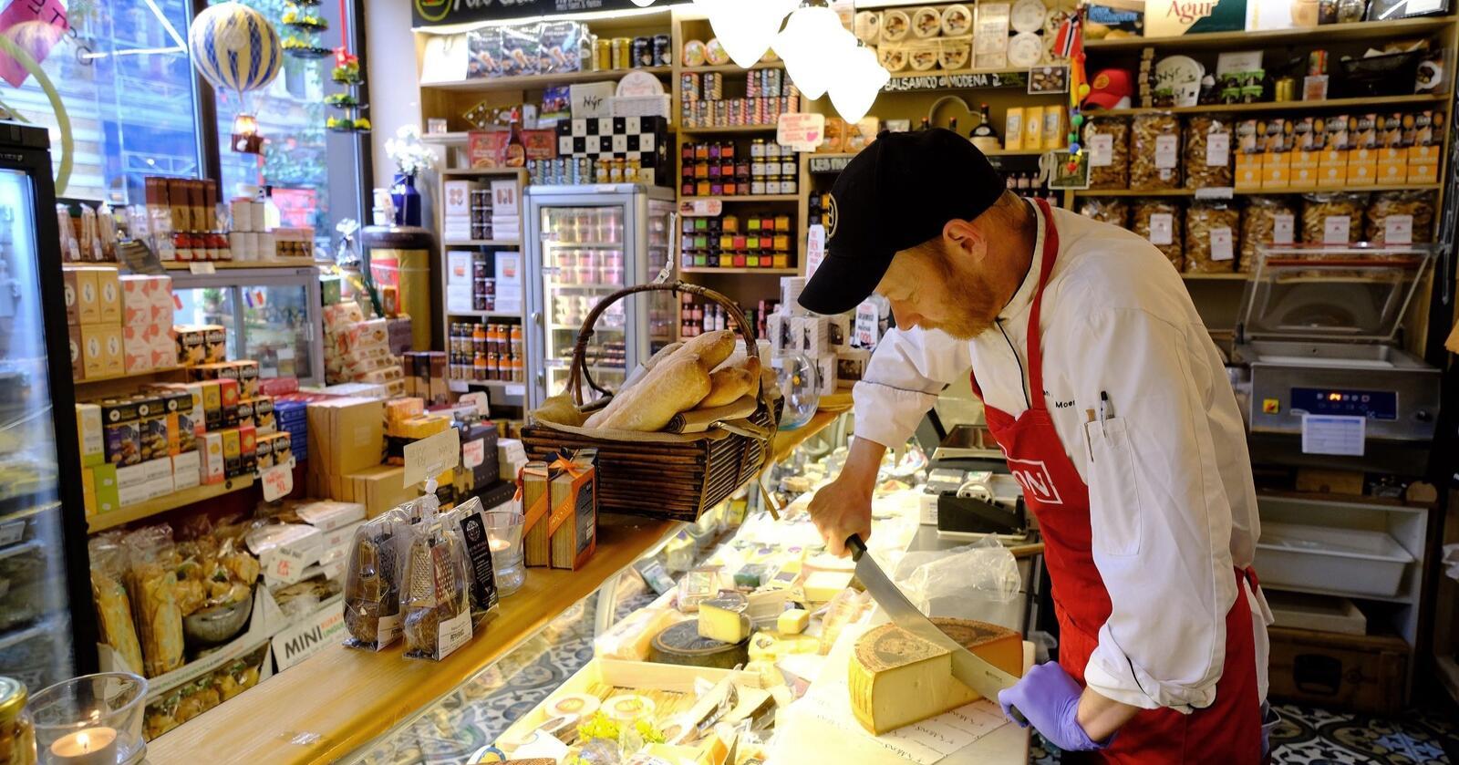 Ostebutikk: Jan-Arne Moen i delikatesseforretningen Frogner Special begynte å selge norsk ost for to år siden. Nå står de hjemligeproduktene for mer enn seksti prosent av omsetningen. Foto: Bjørn Harry Schønhaug/Mat fra Norge