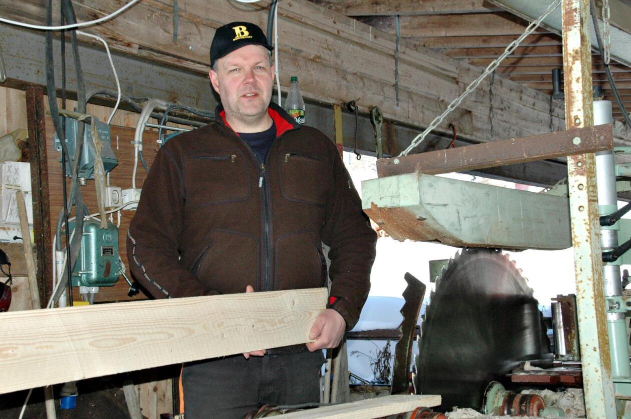 VERDIØKNING: Det har vært sagbruk på gården i tre generasjoner, og Nils-Asbjørn Hippe skjærer mest mulig materialer fra egen skog for å øke verdien på tømmeret.