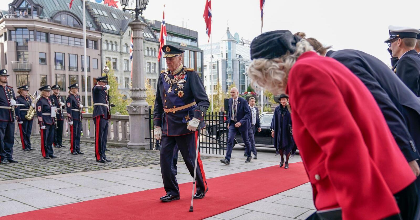 Kong Harald ankom den høytidelige åpningen av Stortinget mandag. Foto: Stian Lysberg Solum / NTB