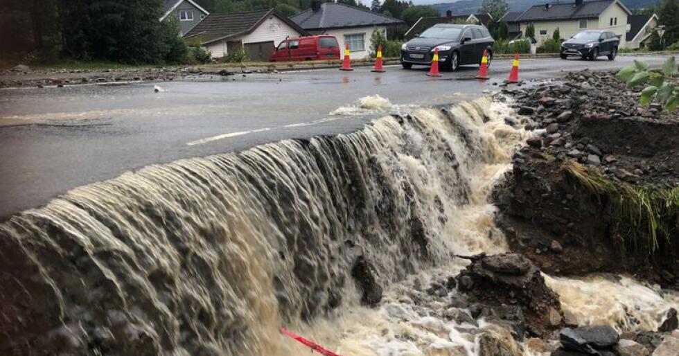 Store nedbørsmengder førte til flom og oversvømmelse i Brumunddal natt til tirsdag. Bildet er fra Nordåsvegen. Foto: John Arne Holmlund / HA / NTB scanpix