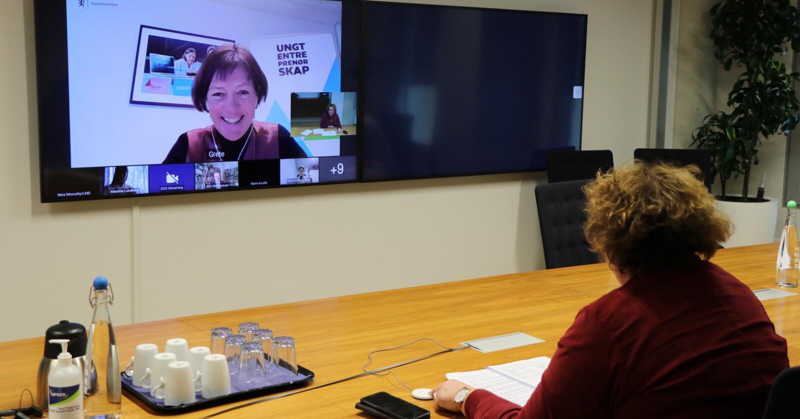 Utvalgsleder Grete Nykkelmo (på skjermen) og landbruks- og matminister Olaug Bollestad under den digitale fremleggelsen av rapporten. Foto: Landbruks- og matdepartementet