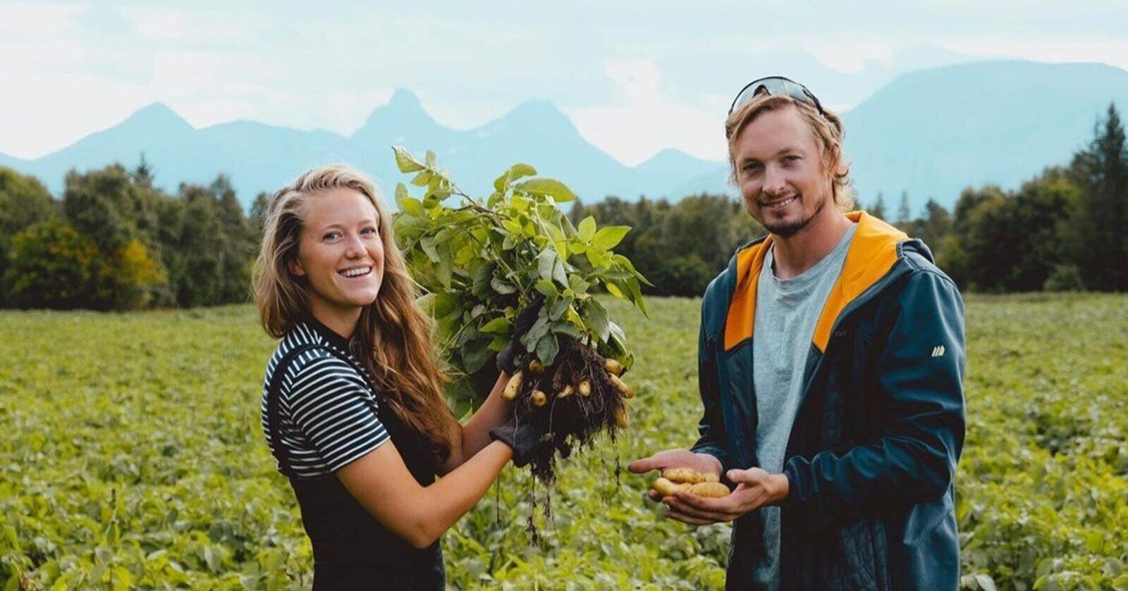 Driverne på Fonn-Holand gård, Dina Fonn Sætre og Henning Andreas Holand fra Engleøya i Nordland vinner prisen. Foto: Privat.