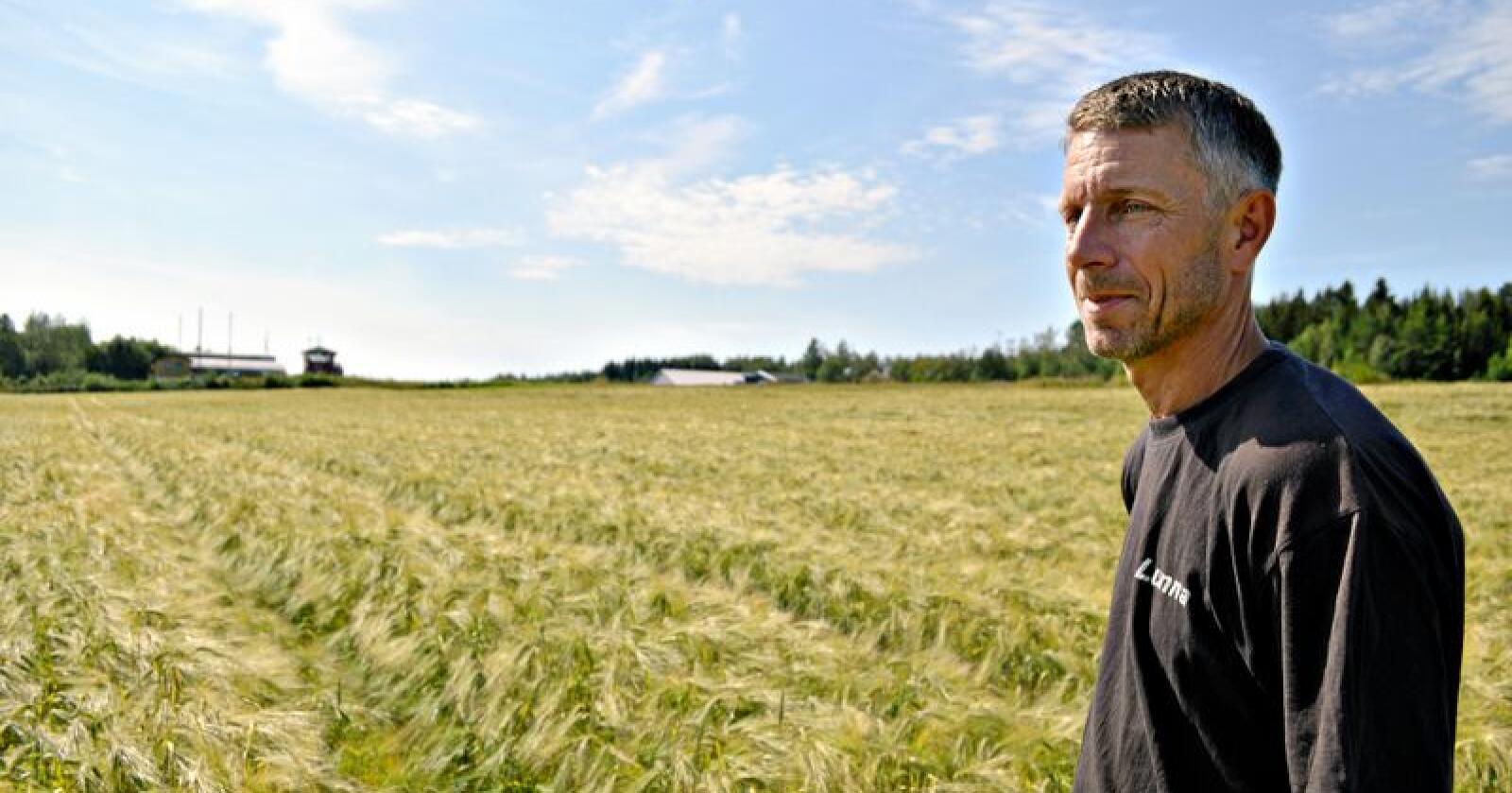 Flyplassbonde: Ole Johan Stafsberg dyrker jord helt opp mot Hamar flyplass. Han frykter at kommunens vedtatte vekstplaner i området vil ramme deler av hans eget livsverk. (Foto: Ørjan Brendløkken, Hamar Arbeiderblad)